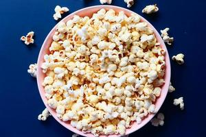 palomitas de maíz en un tazón rosa foto