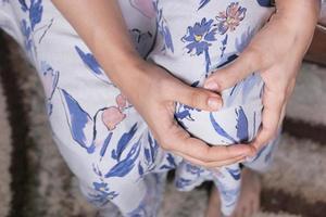 de cerca a la persona que sostiene la rodilla en el dolor foto