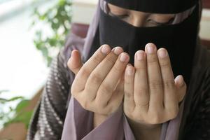 Cerca de la mano de las mujeres musulmanas rezando foto