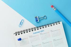 Calendario 2021 sobre fondo azul. foto