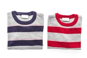 Camisa de suéter de lana sobre fondo blanco. foto