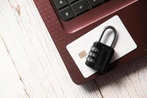 candado en la tarjeta de crédito, concepto de seguridad de la información
