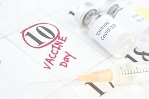 vacuna y jeringa en calendario foto