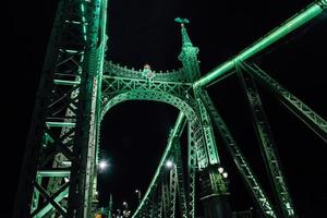 Viejo puente de hierro sobre el río Danubio en Budapest
