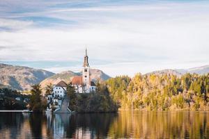 lago sangrado en las montañas alpinas