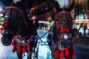 Cracovia, Polonia 2017- la antigua plaza de la noche en Cracovia con carruajes tirados por caballos foto