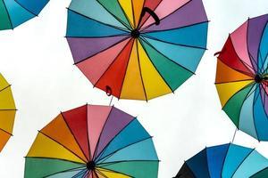 paraguas de colores del orgullo foto
