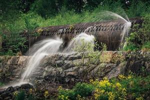tubo de agua con fugas con cascadas de agua