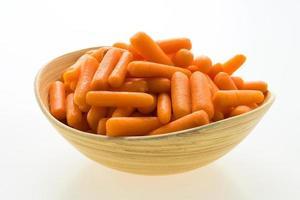 zanahoria baby en tazón de madera foto