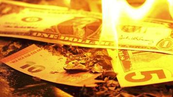 brennender Euro und Dollar Geld