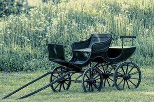 Entrenador de etapa antiguo negro o carruaje de caballos foto