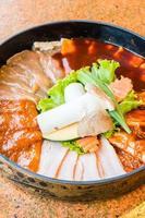 carne fresca cruda en plato foto