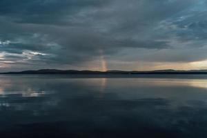lago en calma antes de la tormenta foto