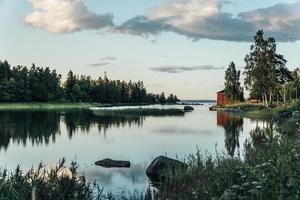 Vista de verano desde una bahía del mar Báltico en la costa este de Suecia