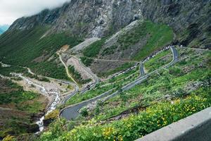 Vista aérea del famoso camino de los trolls en Noruega.