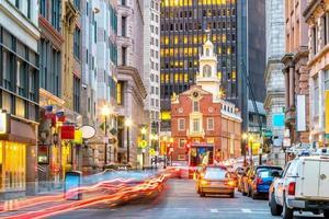 Old State House y los rascacielos del distrito financiero en el crepúsculo en Boston.