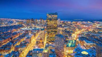 Vista aérea de Boston en Massachusetts, EE.UU. en la noche foto