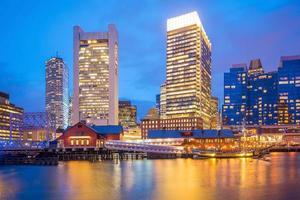 Horizonte del puerto de Boston en el crepúsculo, Massachusetts