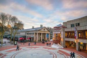 Mercado al aire libre en Quincy Market y South Market en la zona histórica de Boston. foto