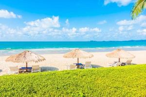 sombrilla y silla en la playa
