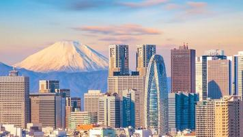 vista panorámica del horizonte de tokio y la montaña fuji foto