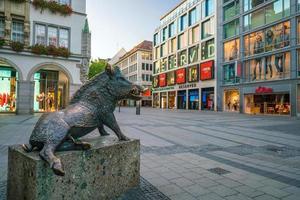 Monumento del jabalí fuera del museo de caza y pesca en Munich foto