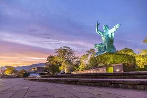 Estatua de la paz en el parque de la paz de Nagasaki, Nagasaki, Japón