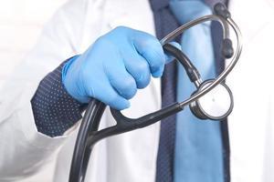 Cerca de doctor sosteniendo estetoscopio foto
