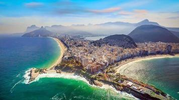 Vista aérea de la famosa playa de Copacabana y la playa de Ipanema. foto