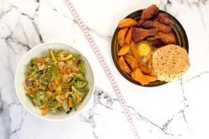 comida chatarra o ensalada saludable