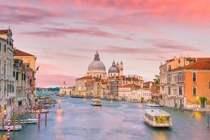 Gran Canal de Venecia, Italia con la basílica de Santa Maria della Salute foto