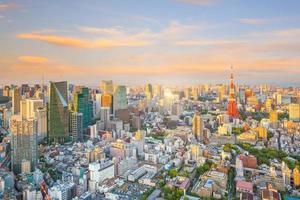 horizonte de tokio con la torre de tokio en japón foto