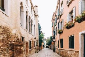 Rutas turísticas de las viejas calles de Venecia de Italia. foto