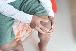 hombre sosteniendo la rodilla en el dolor