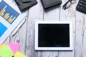 Composición plana de tableta digital y papelería de oficina.
