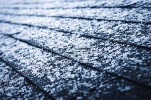 nieve sobre tejas de asfalto foto