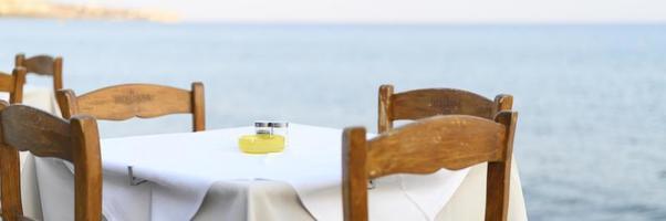 Mesas de café en el mar, enfoque selectivo