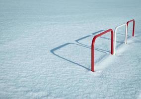 valla de metal en la nieve foto