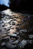 pequeño río tarde en la noche foto