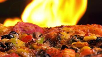 pizza italiana perto do fogo video