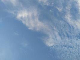 hermoso fondo de cielo azul y blanco