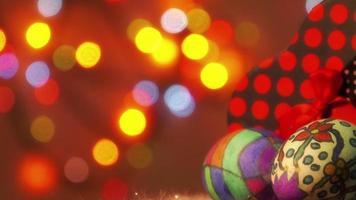 oeufs de Pâques pascaux avec une boîte-cadeau et des lumières clignotantes colorées bokeh video