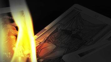cartas de tarô místicas e chamas