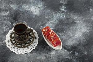 Delicia turca sabrosa con una taza de té caliente
