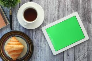 Maqueta de tableta digital en la mesa del desayuno foto