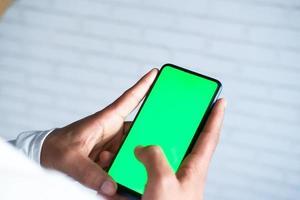 hombre usando simulacro de teléfono inteligente foto