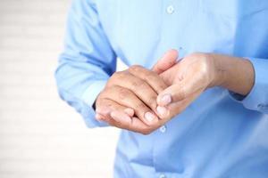 persona que usa desinfectante de manos foto