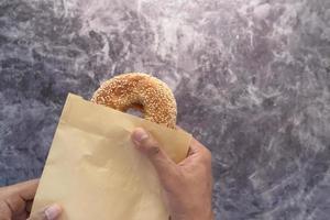 bagel en papel encerado foto