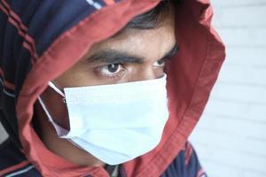Cerca del hombre con mascarilla protectora foto