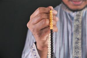hombre rezando durante el ramadán foto